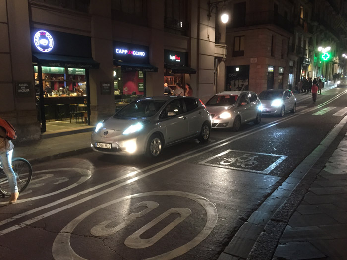 П'ять сірих Nissan Leaf біля державної установи