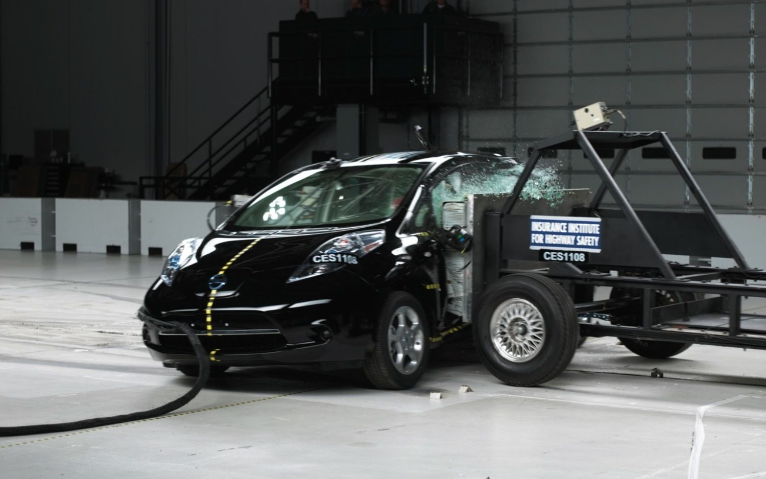 Nissan Leaf crush test на IIHS